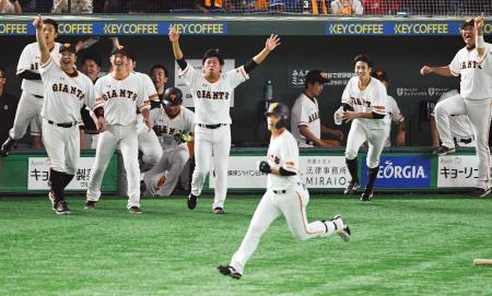 11回、代打石川(手前)のサヨナラ2ランを喜ぶ巨人ナイン=東京ドーム