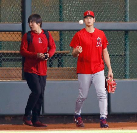 試合前、投球練習を終えブルペンを出るエンゼルス・大谷(右)=ヒューストン(共同)