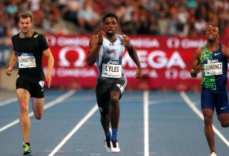 パリで行われた陸上ダイヤモンドリーグの男子200メートルで優勝したノア・ライルズ(中央)。(AP=共同)