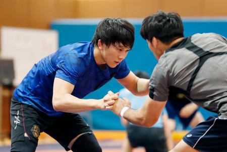 練習する65キロ級の乙黒拓斗(左)=東京都北区の味の素ナショナルトレーニングセンター