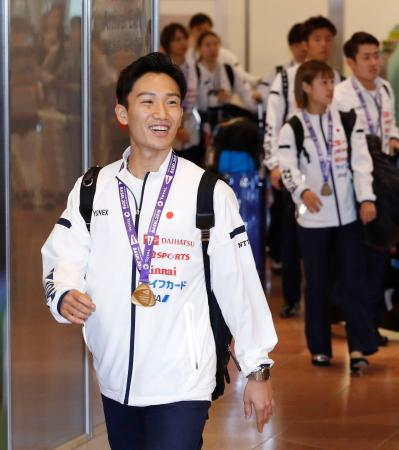 バドミントンの世界選手権から帰国した桃田賢斗(手前)ら=27日午後、羽田空港