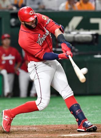 4回広島2死、メヒアが左越えに本塁打を放つ=東京ドーム