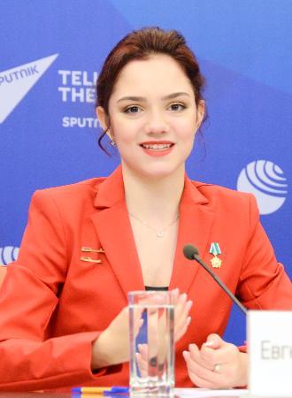 2020年東京五輪のロシア代表大使に任命され、記者会見するフィギュアスケート女子のメドベージェワ選手=27日、モスクワ(共同)