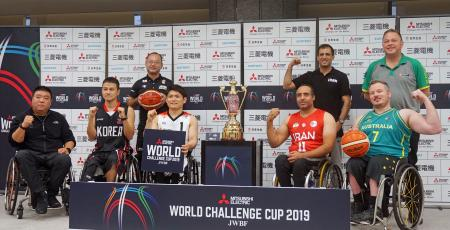 記者会見でポーズをとる車いすバスケットボール男子日本代表の豊島主将(前列左から3人目)ら=28日午後、東京都港区