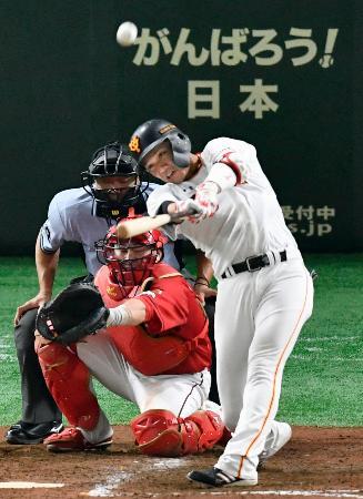 5回巨人1死一塁、坂本勇が左中間に逆転の2点本塁打を放つ。捕手会沢=東京ドーム