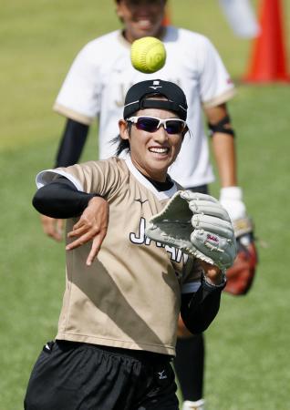 復帰登板に向けて笑顔で調整する上野由岐子=高崎市ソフトボール場