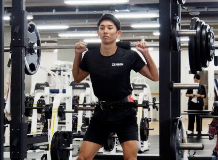 ウエートトレーニングをする城山正太郎=札幌市