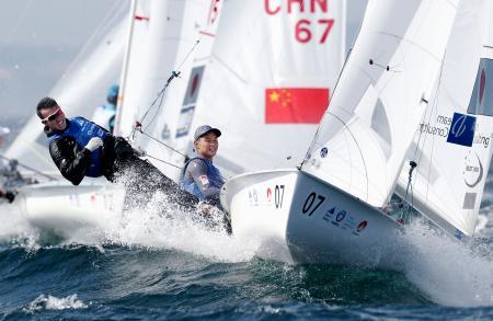 男子470級で日本勢トップの4位につけた土居(右)、木村組=江の島ヨットハーバー沖