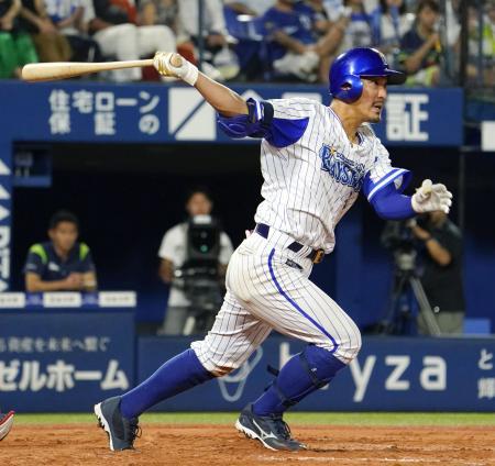 7回DeNA2死一、二塁、梶谷が右前に勝ち越し打を放つ=横浜