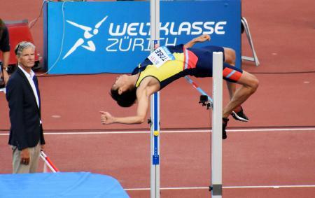 男子走り高跳びで2メートル27に成功した戸辺直人=チューリヒ(共同)