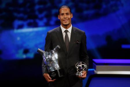昨季の欧州サッカー最優秀選手に選出された、リバプールのオランダ代表DFファンダイク=29日、モナコ(AP=共同)