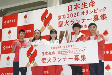 2020年東京五輪聖火リレーのランナー募集に関する記者発表会で、記念写真に納まる桐生祥秀選手(左端)、綾瀬はるかさん(中央)ら=6月、東京都内