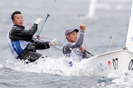男子470級に出場した土居(右)、木村組=江の島ヨットハーバー沖