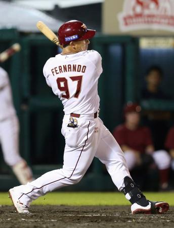 4回楽天1死満塁、フェルナンドが左越えに走者一掃の二塁打を放つ=楽天生命パーク