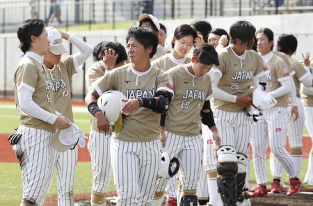 米国に完敗し引き揚げる日本の選手=高崎市ソフトボール場