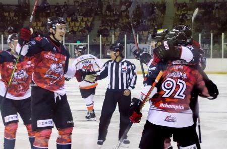 アイスホッケーのアジア・リーグ開幕戦で、得点を喜ぶ「ひがし北海道クレインズ」の選手たち=31日午後、北海道釧路市