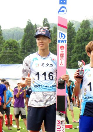4位に終わったものの、表彰式で笑顔を見せる小林陵侑=妙高高原赤倉シャンツェ