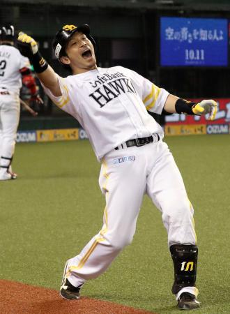 6回、本塁打を放ちポーズを決めるソフトバンク・松田宣=メットライフドーム