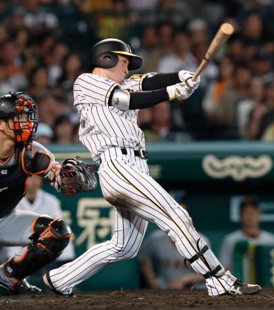 5回阪神2死一塁、近本が右翼線に適時三塁打を放つ=甲子園