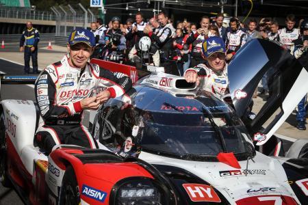 自動車の世界耐久選手権シリーズ第1戦、トヨタ7号車で優勝した小林可夢偉(左)とホセマリア・ロペス=1日、ノーサンプトン(ゲッティ=共同)
