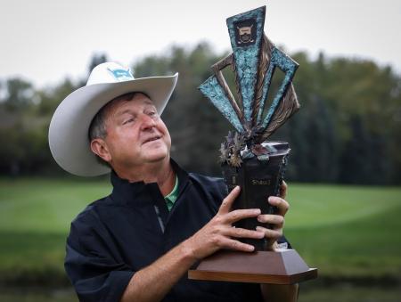 米シニアゴルフのショー・チャリティー・クラシックで優勝し、トロフィーを掲げるウェズ・ショート=1日、カルガリー(カナディアンプレス・AP=共同)