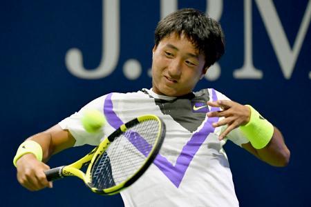全米オープン・ジュニアの男子シングルス1回戦でバックハンドを放つ望月慎太郎=ニューヨーク(共同)