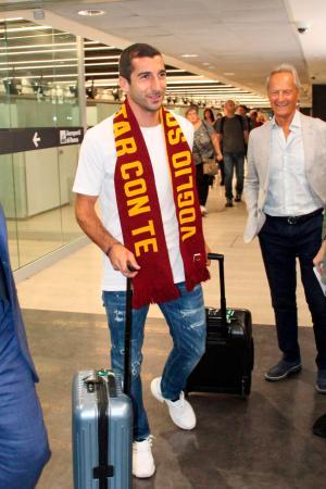 ローマの空港に到着し、笑顔を見せるアルメニア代表MFムヒタリャン=2日(AP=共同)