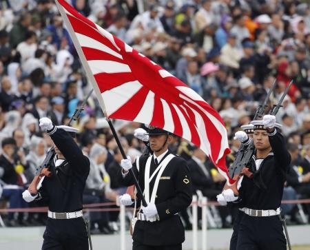 観閲式で旭日旗を持って行進する海上自衛隊員=2018年10月、埼玉県・陸上自衛隊朝霞訓練場