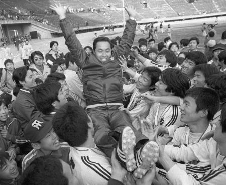 静岡学園を破り3度目の優勝を飾り2連覇を達成、松本監督を胴上げする浦和南イレブン=1977(昭和52)年1月8日、国立競技場