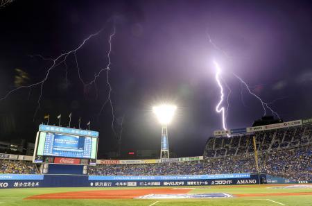 1回途中で試合が中断した球場の上空に走る稲妻。落雷ノーゲームとなった=横浜