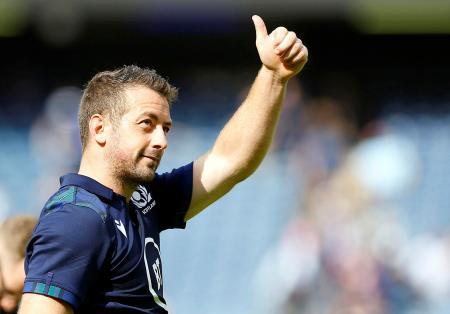 フランスとのテストマッチに勝ち、観客の声援に応えるスコットランドのSHレイドロー=8月24日、エディンバラ(ロイター=共同)