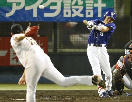 2回中日2死一、二塁、大島が右翼線に2点二塁打を放つ。投手菅野=上毛敷島