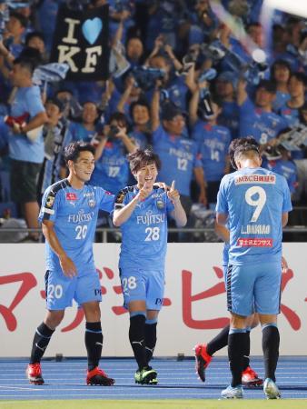 川崎―名古屋 後半、ゴールを決め喜ぶ川崎・脇坂(中央)=等々力