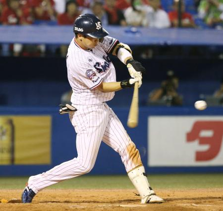 9回ヤクルト2死、山田哲が左越えに通算200号となるサヨナラ満塁本塁打を放つ=神宮
