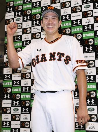 ポーズをとる巨人・菅野