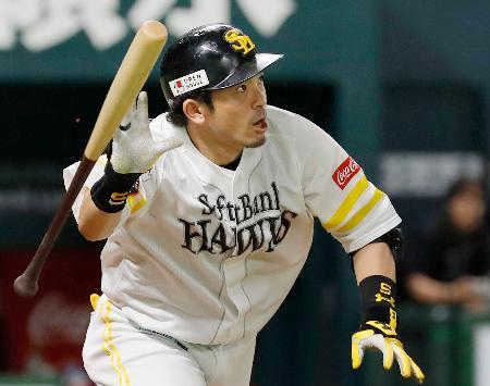 6回ソフトバンク2死二塁、松田宣が右中間に適時二塁打を放つ=ヤフオクドーム