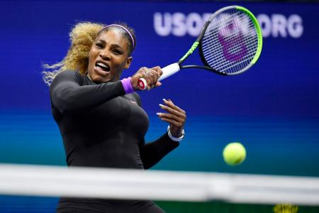 女子シングルス準決勝 フォアハンドを放つセリーナ・ウィリアムズ=ニューヨーク(共同)
