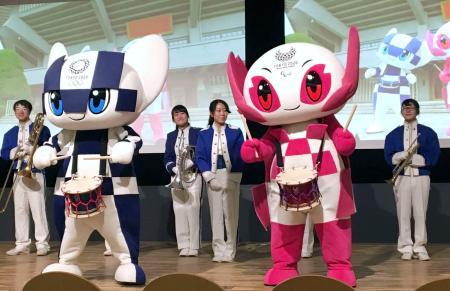 東京五輪・パラリンピックで選手を応援する手拍子「応援ビート」を披露する公式マスコット=6日、東京都千代田区