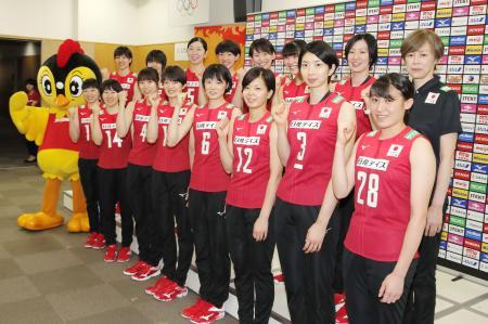 記者会見でポーズをとるバレーボール女子日本代表の中田監督(後列右端)ら=6日、味の素ナショナルトレーニングセンター