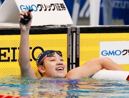 女子200メートル背泳ぎで優勝し、喜ぶ白井璃緒=東京辰巳国際水泳場