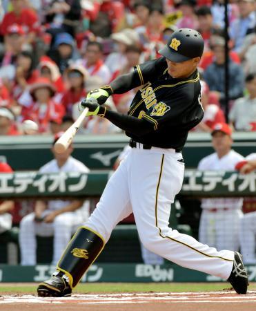 1回阪神1死一塁、福留が右越えに先制二塁打を放つ=マツダ