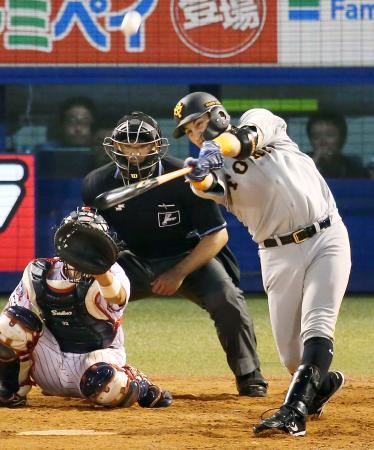 4回巨人無死、ゲレーロが左越えに勝ち越しの本塁打を放つ=神宮