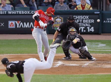 ホワイトソックス戦の1回、左翼線に先制2点二塁打を放つエンゼルス・大谷=シカゴ(共同)
