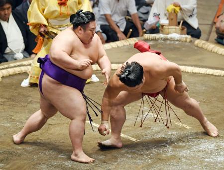 貴景勝(左)が突き落としで大栄翔を下す=両国国技館