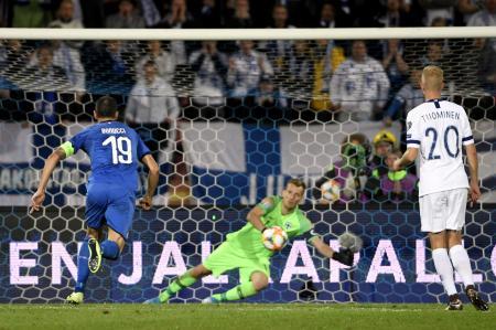 サッカーの2020年欧州選手権予選、PKを決めるイタリアのジョルジーニョ(左)=8日、タンペレ(ロイター=共同)