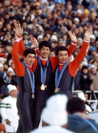 冬季札幌五輪70メートル級ジャンプで表彰台を独占した(左から)銀の金野昭次氏、金の笠谷幸生氏、銅の青地清二氏=1972年2月、宮の森