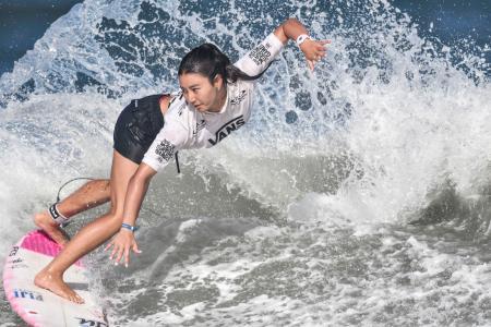 女子敗者復活戦7回戦で波を攻める松田詩野。条件付きで東京五輪の出場権を獲得した=宮崎市の木崎浜海岸