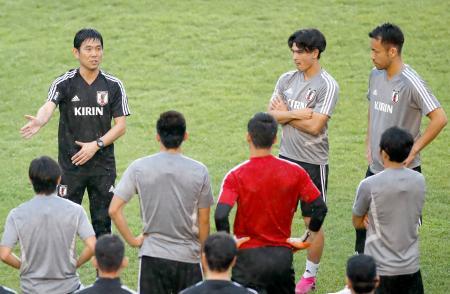 ミャンマー戦を控えた練習で、選手に指示を出す森保監督(左上)=ヤンゴン(共同)