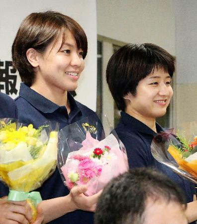 所属するコマツの報告会に参加した芳田司(右)と田代未来=9日、東京都内