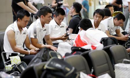 台風15号の影響で韓国を出発する航空便が大幅に遅延し、金海空港に足止めされた高校日本代表=9日、韓国・釜山(共同)